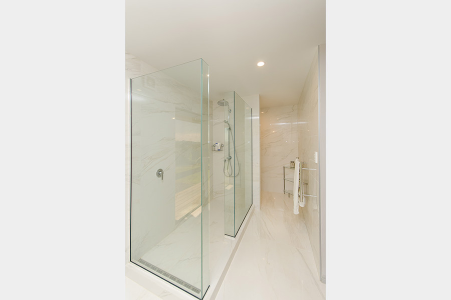 Double shower with ensuite